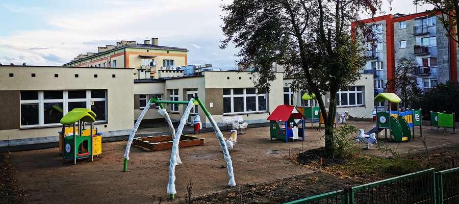 Przy budynku żłobka instalowane są urządzenia na placu zabaw
