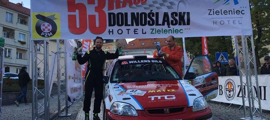Na mecie Rajdu Dolnośląskiego. Z lewej pilot Adam Binięda, z prawej kierowca Rafał Zabuski