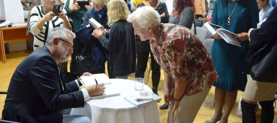 Gość podpisywał książki i rozdawał autografy