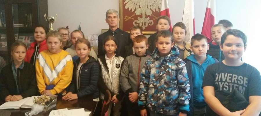 """Uczniowie """"przepytali"""" m.in. burmistrza Bieżunia Andrzeja Szymańskiego."""