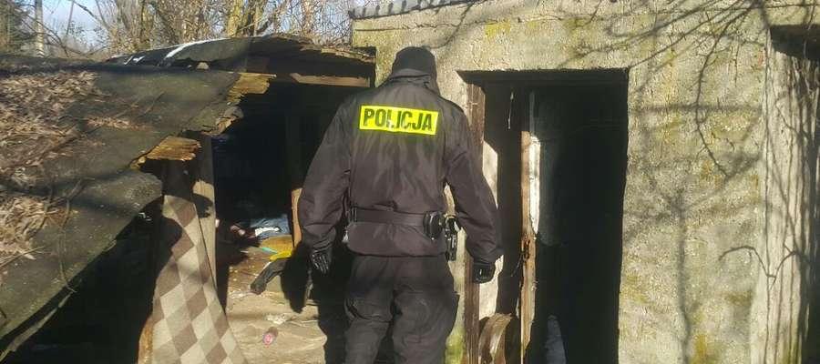 W okresie jesienno-zimowym policjanci kontrolują miejsca przebywania bezdomnych
