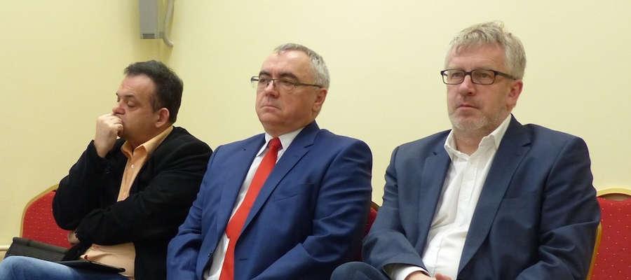 Janusz Boniecki (w środku) został odwołany z funkcji prezesa Szpitala w Ostródzie S.A.