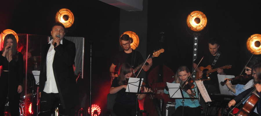 Mariusz Klimek na scenie w Kurzętniku