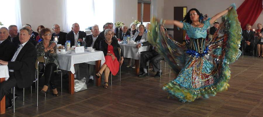 Carmen zatańczyła i zaśpiewała dla zebranych w świetlicy w Mszanowie