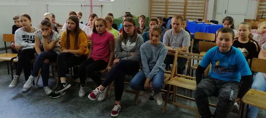 Uczniowie podczas spotkania w szkole