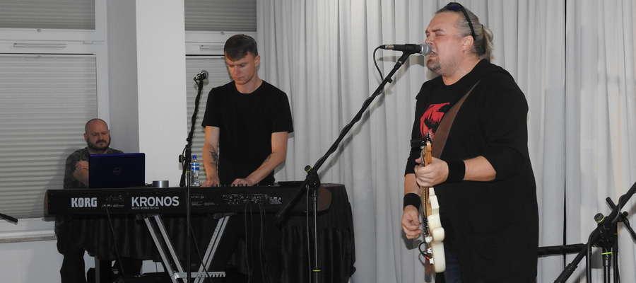 Wojciech Cugowski z zespołem na scenie MCK