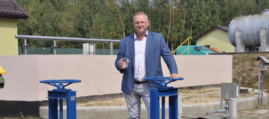 Wójt gminy Wydminy Radosław Król podczas otwarcia zmodernizowanej oczyszczalni ścieków