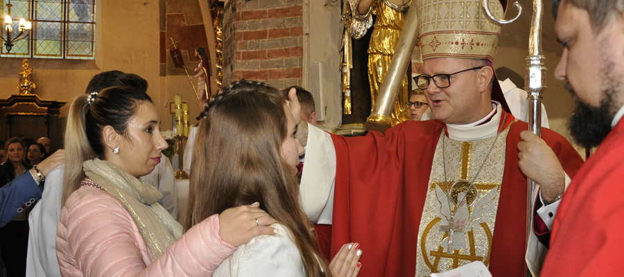 Udzielanie sakramentu bierzmowania w nowomiejskiej bazylice kolegiackiej