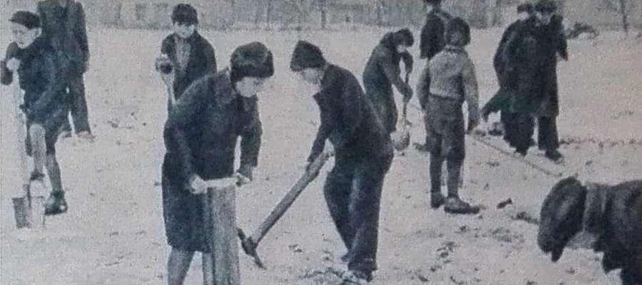 Zdjęcie ilustracyjne, dzieci podczas pracy w obozie hitlerowskim w Łodzi w czasie II wojny światowej. W Lubawie istniał podobny