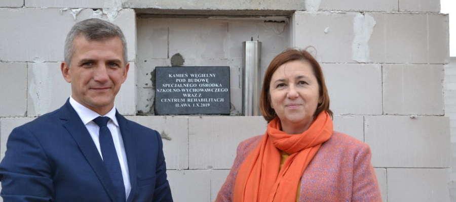 Na zdjęciu starosta iławski Bartosz Bielawski i Beata Lenartowicz – dyrektor Zespołu Placówek Szkolno – Wychowawczych w Iławie, a zarazem gospodarz uroczystości