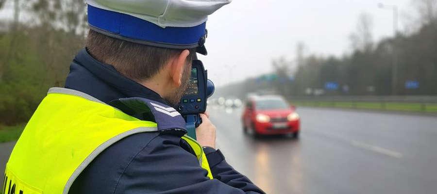 """Dziś więcej kontroli na drogach. Policjanci prowadzą akcję """"Prędkość"""""""