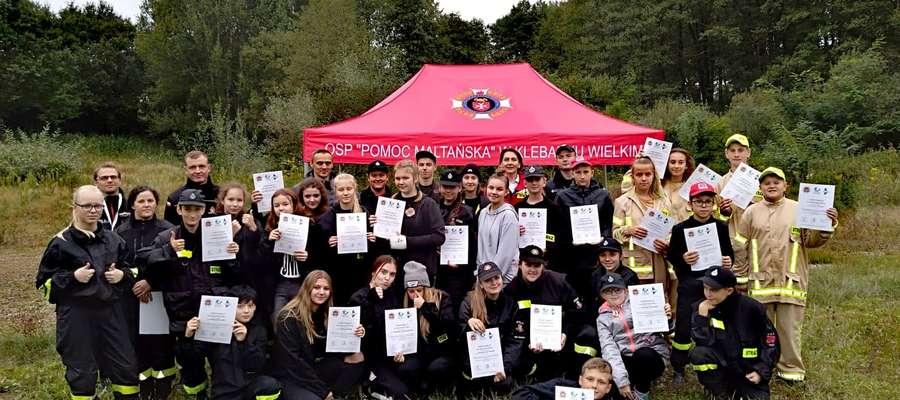 Młodzi strażacy z dyplomami udziału w ćwiczeniach