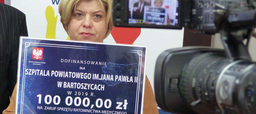 Małgorzata Jadczak ze szpitala powiatowego z bonem na 100 tys. zł na zakup sprzętu ratownictwa medycznego