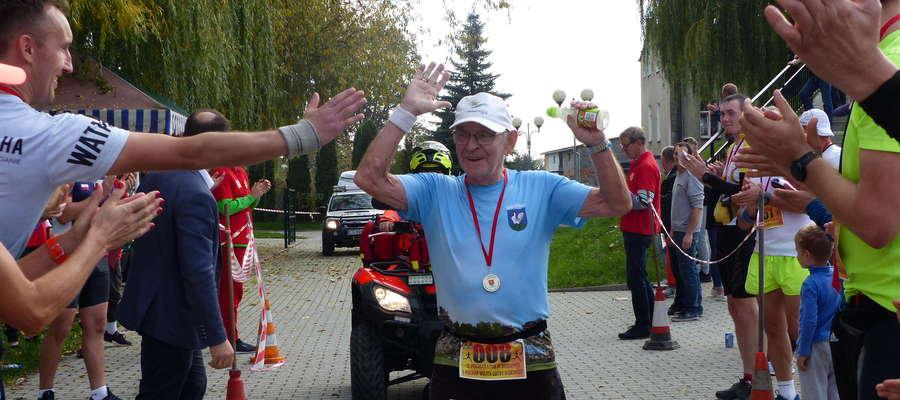 Jerzy Szymański na mecie półmaratonu