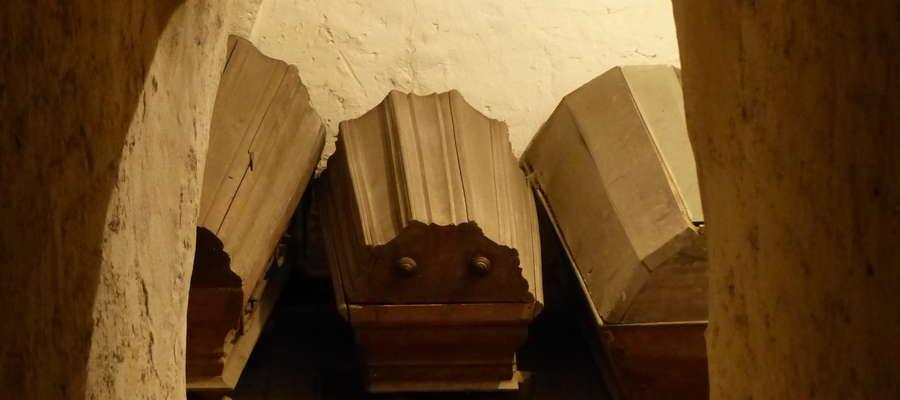 Jedną z większych atrakcji Czerwonego Kościoła mogą być podziemia, w których znajdują się trumny. W jednej z nich spoczywa ciało burmistrza Jakoba Mucka oraz jego żony. Być może kiedyś to miejsce będzie otwarte dla turystów