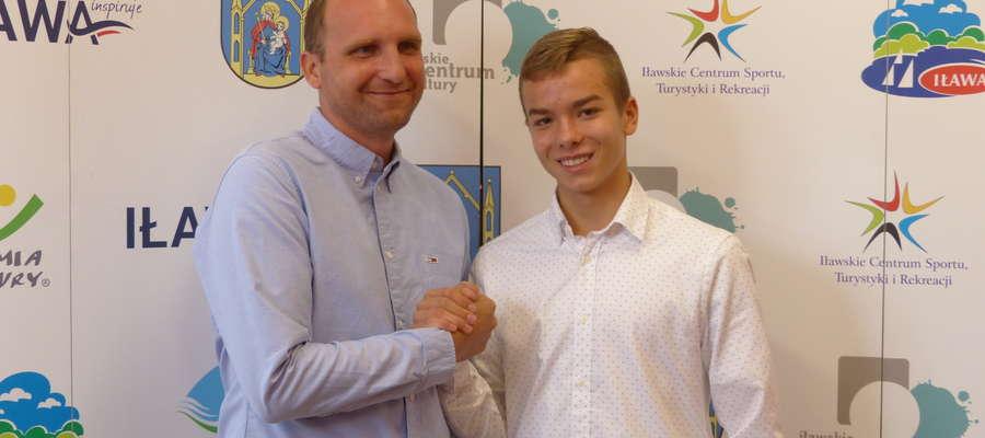 Dawid Hinz (z prawej) bardzo dużo zawdzięcza swojemu uporowi i umiejętnościom, ale zawodnik podkreśla też, jak bardzo do rozwoju jego talentu przyczynił się trener Tomasz Zakierski (z lewej)