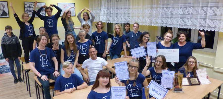 Chór Our Voice wraz z Danutą Czeczot prezentują zdobyte nagrody