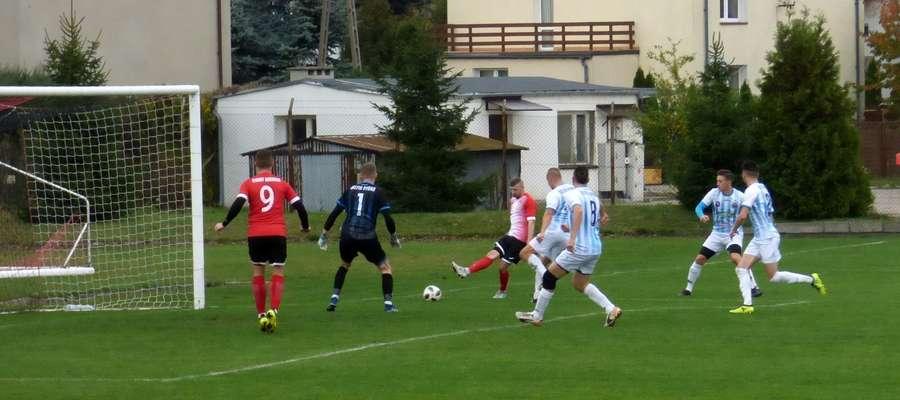 W 6 minucie Rafał Wawrzyniak zdobywa jedynego gola dla Startu Nidzica w spotkaniu z Delfinem Rybno.