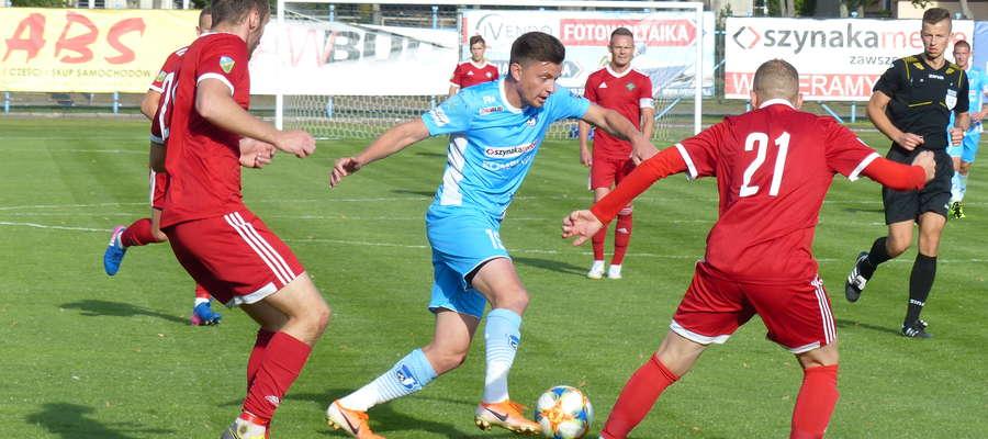 Przy piłce Łukasz Suchocki (Jeziorak) podczas meczu z GKS-em Wikielec