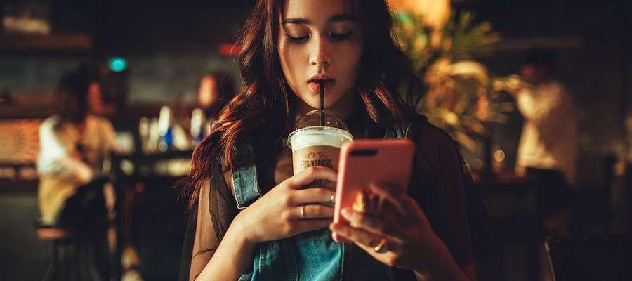 Kobiety zbyt wiele godzin spędzają przy telefonie