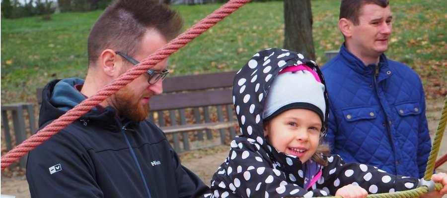 podopieczna Fundacji Marysia, bawi się z tatą nad jeziorem Ukiel.