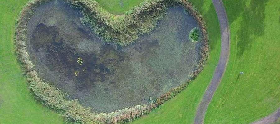 """Bartoszyckie """"Serduszko"""" w Parku Elżbiety widziane z drona."""
