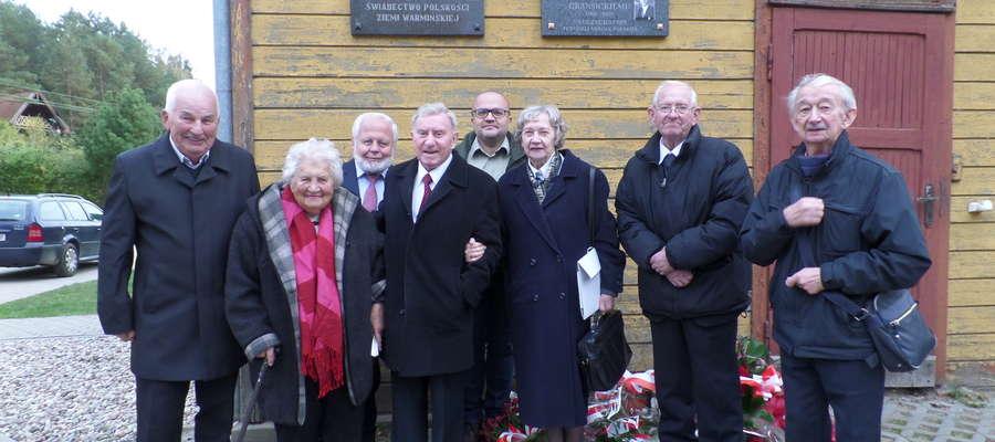 Pamiątkowe zdjęcie przy tablicy. Druga od lewej Adela Kramkowska. Obok niej Juliusz Gransicki, jego żona Małgorzata  i Eugeniusz Gransicki