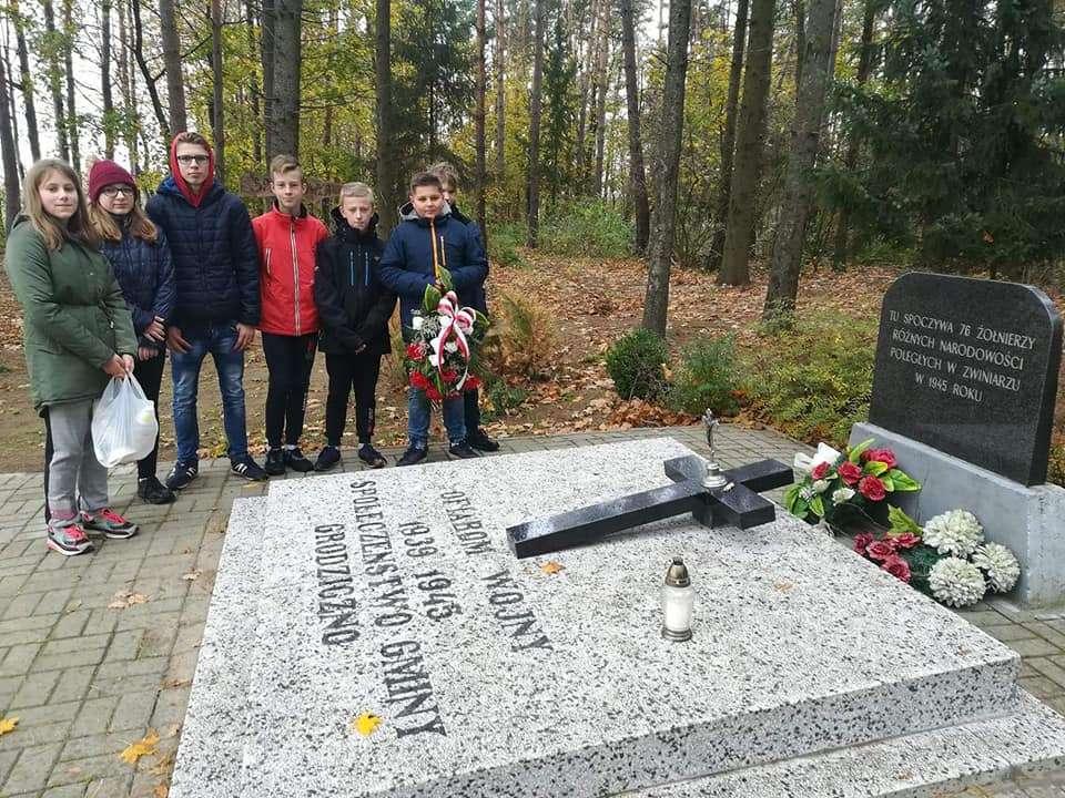 Uczniowie przy grobie księdza Janiszewskiego