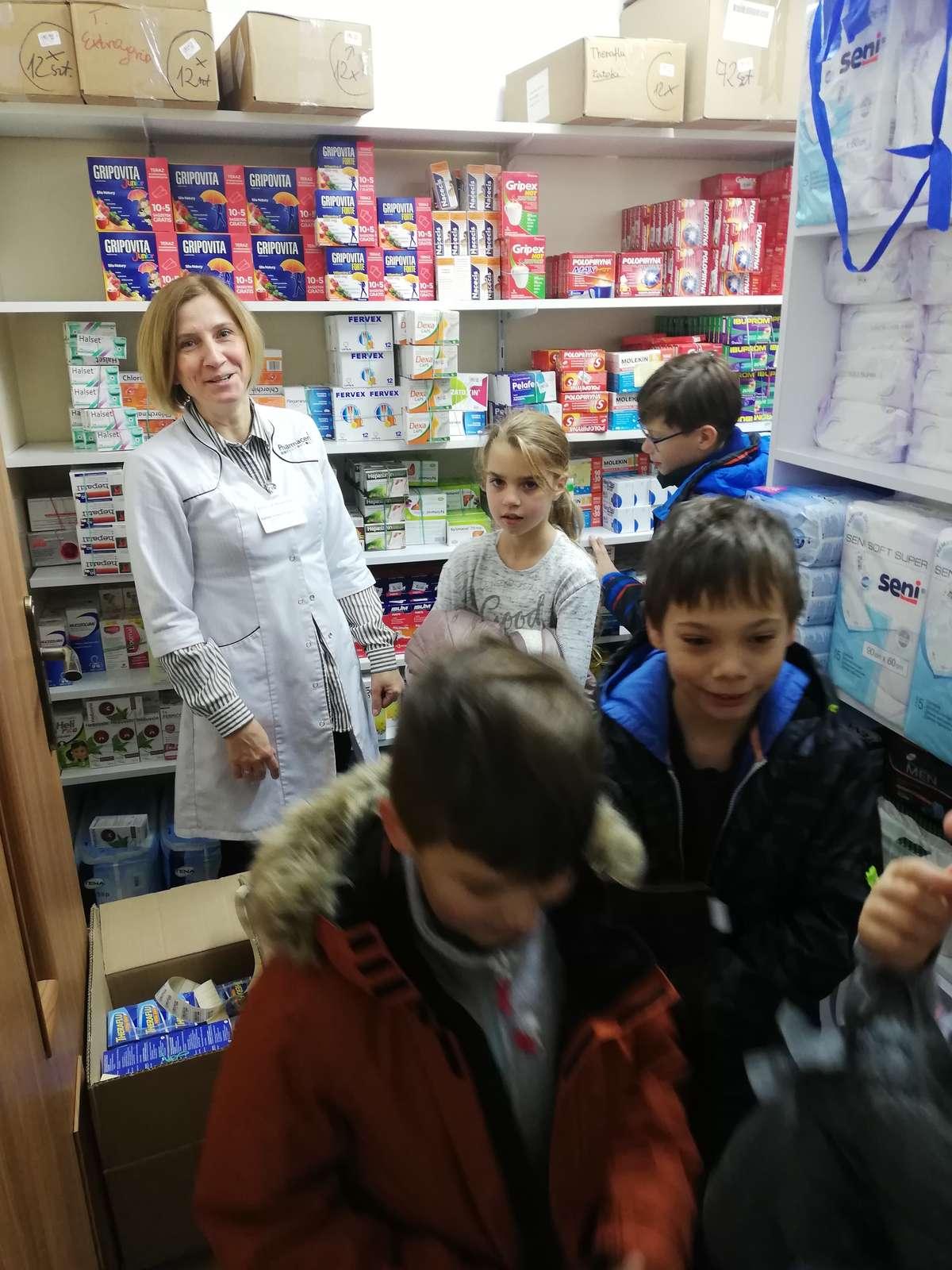 Uczniowie odwiedzili jedną z nowomiejskich aptek