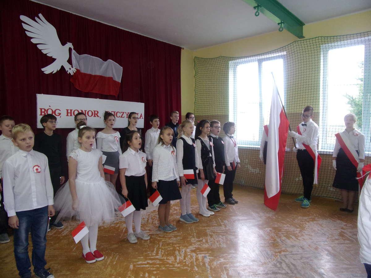 Wszyscy odśpiewali cztery zwrotki hymnu narodowego, również w szkole w Ostrowitem