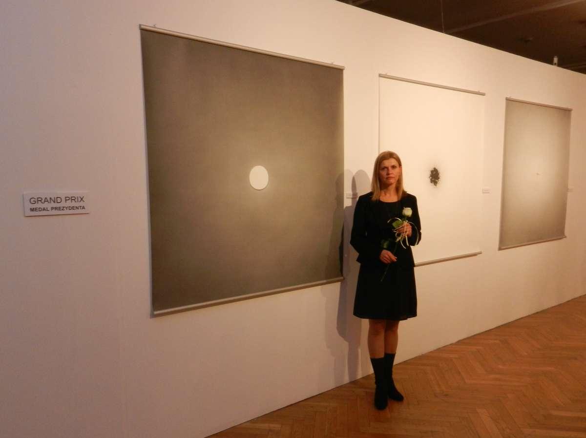Prof. Violetta Kulikowska-Parkasiewicz przy nagrodzonej pracy