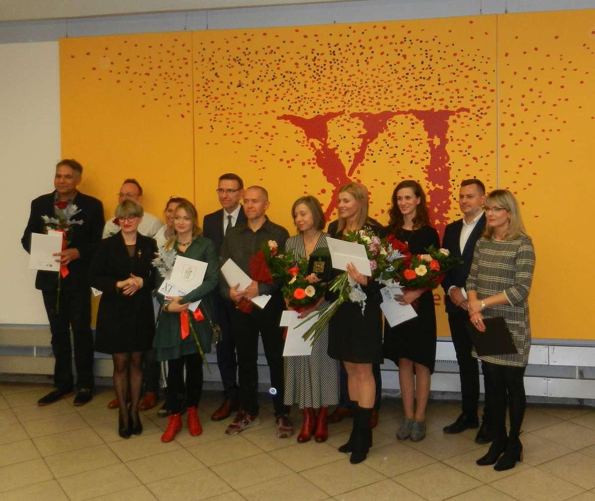 Laureaci z prezydentem - pierwsza z prawej dyr. BWA M.Bojarska-Waszczuk - full image