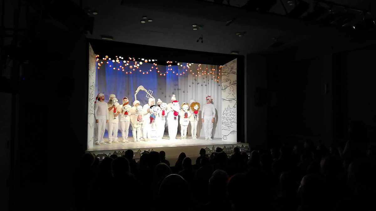 Zespół aktorski oklaskiwany po zakończeniu spektaklu