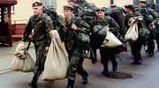 Zamienili cywilne ubrania na wojskowe mundury