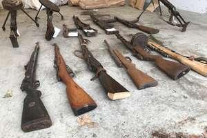 Przetrzymywali nielegalnie granaty, amunicję i broń. Trzy osoby zatrzymane