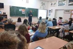 """Spotkanie z rodzicami w Gródkach w ramach programu """"Zanim będzie za późno""""."""