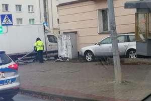 Zderzenie dwóch samochodów na skrzyżowaniu w Olsztynie. Dwie osoby przewiezione do szpitala [VIDEO]