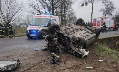 Uwaga!!! Wypadek!! Kierowca uderzył w drzewo. Stan bardzo poważny