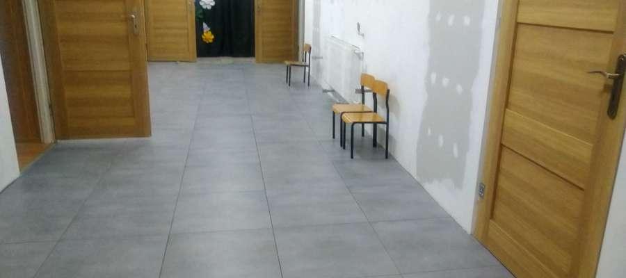 Samorząd cały czas inwestuje w kliczewską szkołę. Obecnie prowadzony jest remont korytarza.