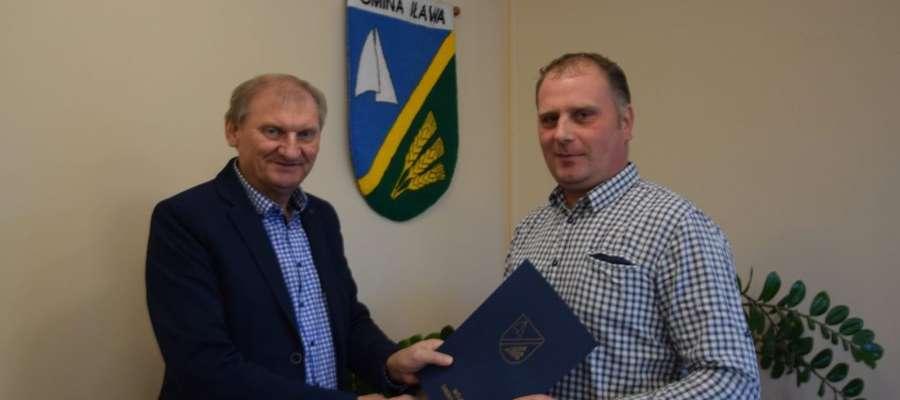 Wójt Krzysztof Harmaciński i wykonawca Leszek Woźnowski tuż po podpisaniu umowy