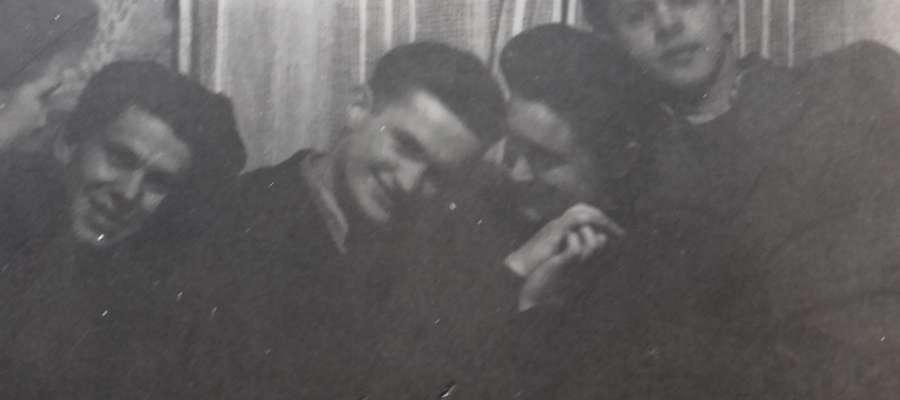 Zdjęcie z prywatki sprzed lat. Moja mama z tatą w środku (przytuleni)