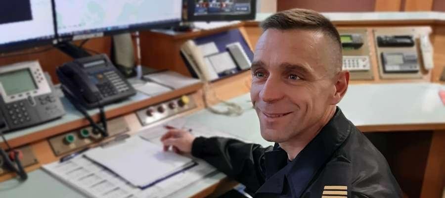 Krzysztof Przybylski w straży pożarnej pracuje od 2009 roku. Od 2,5 lat na stanowisku dyspozytora, na którym prowadzi akcje ratunkowe. Jest także strażakiem-ochotnikiem w OSP Boreczno