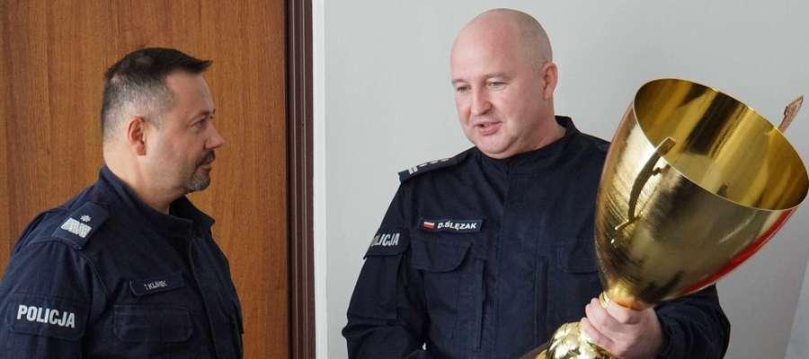 Insp. Dariusz Ślęzak przekazał puchar Komendantowi Wojewódzkiemu Policji