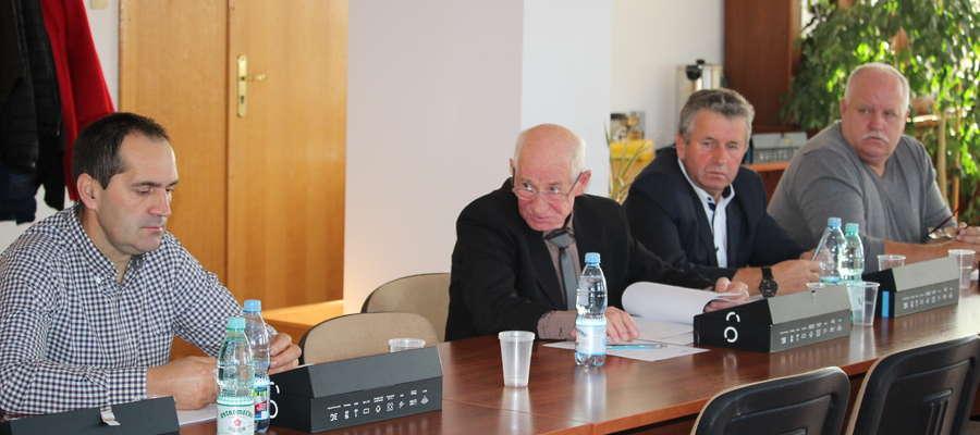 Radny Andrzej Michalski (drugi od lewej) miał sporo zastrzeżeń do nowego regulaminu stypendialnego