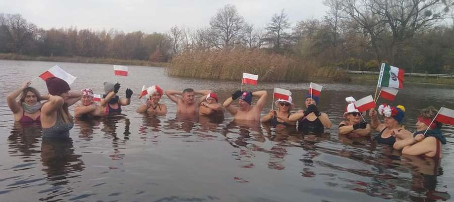 Braniewskie Morsy uczciły 11 listopada kąpielą w lodowatej wodzie