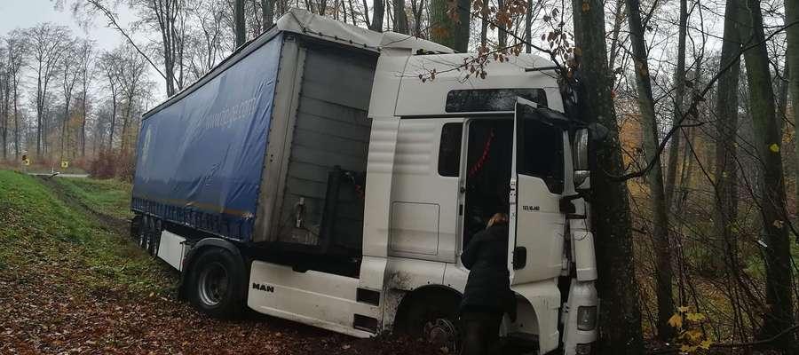 """Do wypadku z udziałem tira doszło na krajowej """"szesnastce"""" w lesie pomiędzy Stradomnem a Iławą, tuż przed przejazdem kolejowym"""