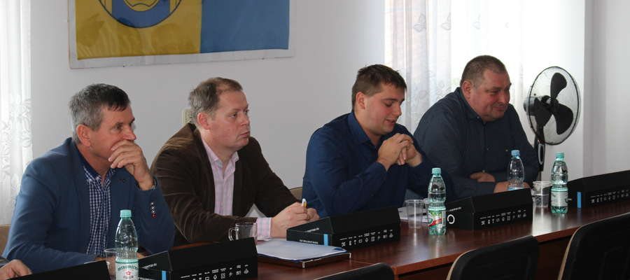 Radny Marian Osik (pierwszy z prawej) uważa, że rada powinna odciąć się od zachowania burmistrza miasta Krzysztofa Ziółkowskiego