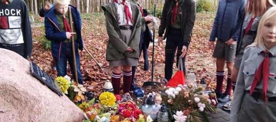 Uczniowie posprzątali groby