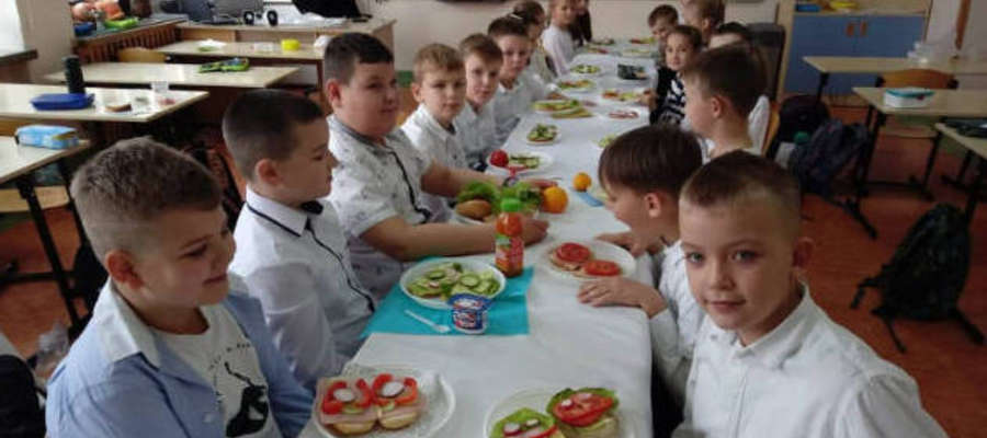 Uczniowie zrobili i wspólnie zjedli śniadanie