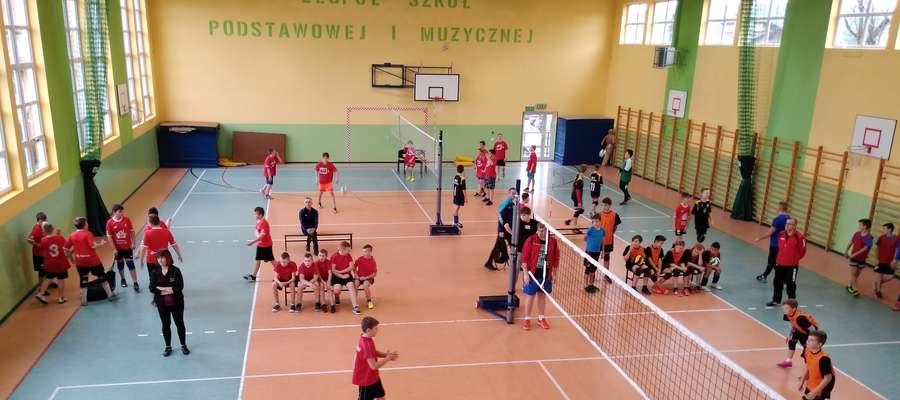 Podczas rywalizacji na sportowej hali szkolnej